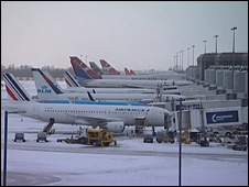 Snow delays aircraft at Manchester Airport